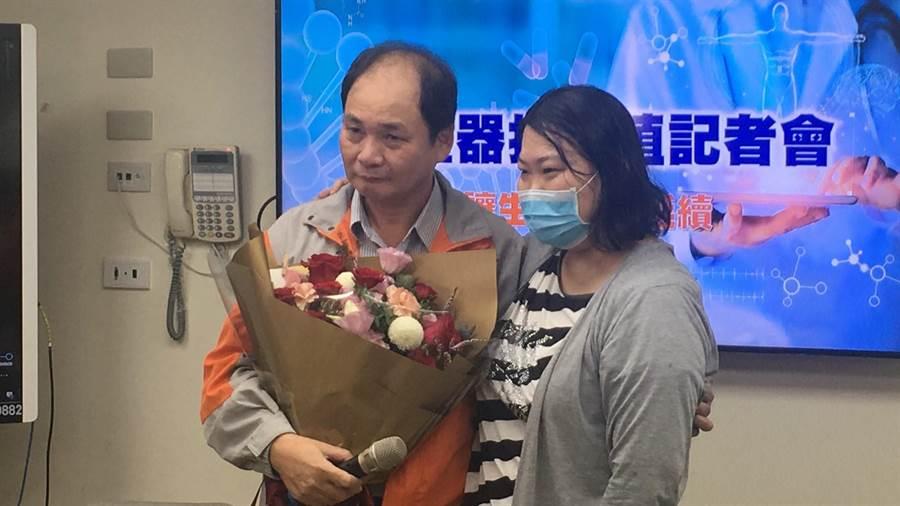 黃瓊瑜(右)感謝爸爸黃連發捐一顆腎臟給她,讓她正式終結長達兩年半、每周三天的洗腎生活。(謝瓊雲攝)