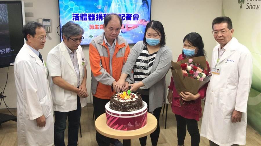 黃連發(左三)、黃瓊瑜(右三)與母親一家三口出席彰化秀傳記者會,宣導活體腎臟移植好處,一家人感動切著蛋糕、提早慶祝父親節。(謝瓊雲攝)