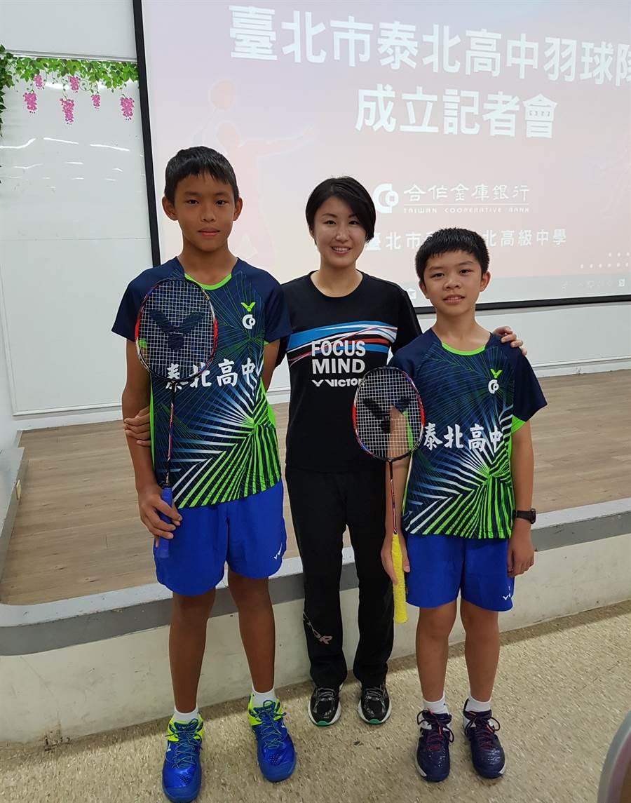 泰北高中國中部羽球隊教練劉淑芝(中)與選手游岷澔(左)、莊博淯(右)。(陳筱琳攝)