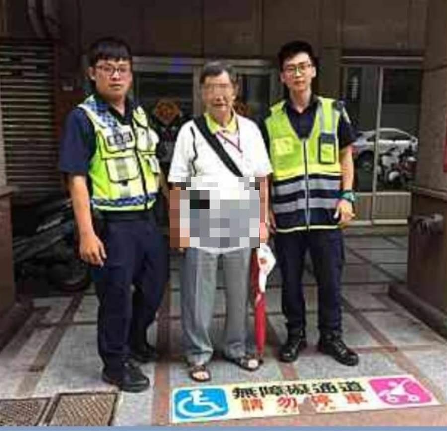 1名實習警察(圖右)注意到老翁路邊氣喘吁吁,展開為民服務實習技能,主動完成任務。(張妍溱翻攝)
