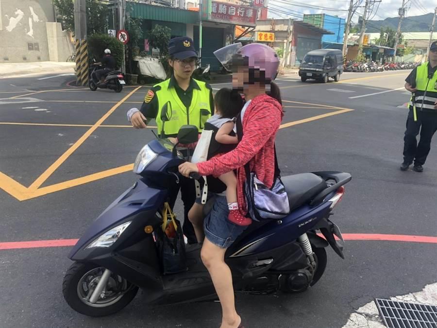 蘆洲分局表示,孩童站於前踏板時,容易影響騎士操控性,降低騎車反應力。(吳亮賢翻攝)