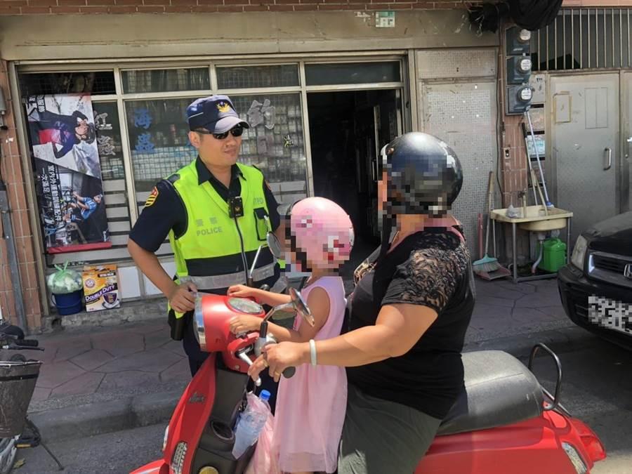 蘆洲分局近期特別在菜市場及托兒所周遭,加強宣導安全行車觀念。(吳亮賢翻攝)