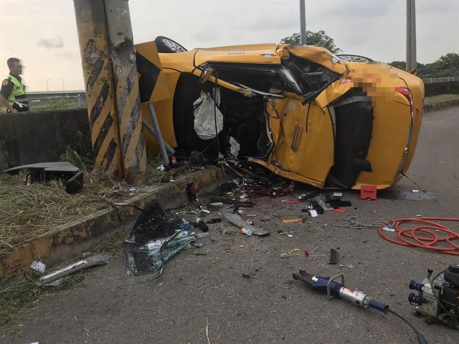 1輛小黃失控翻覆撞上電桿,駕駛及乘客共2送醫不治。(陳淑芬翻攝)