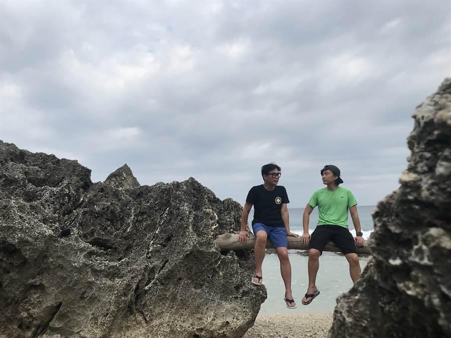 錢小豪(左)帶兒子錢穎德到小琉球過暑假。