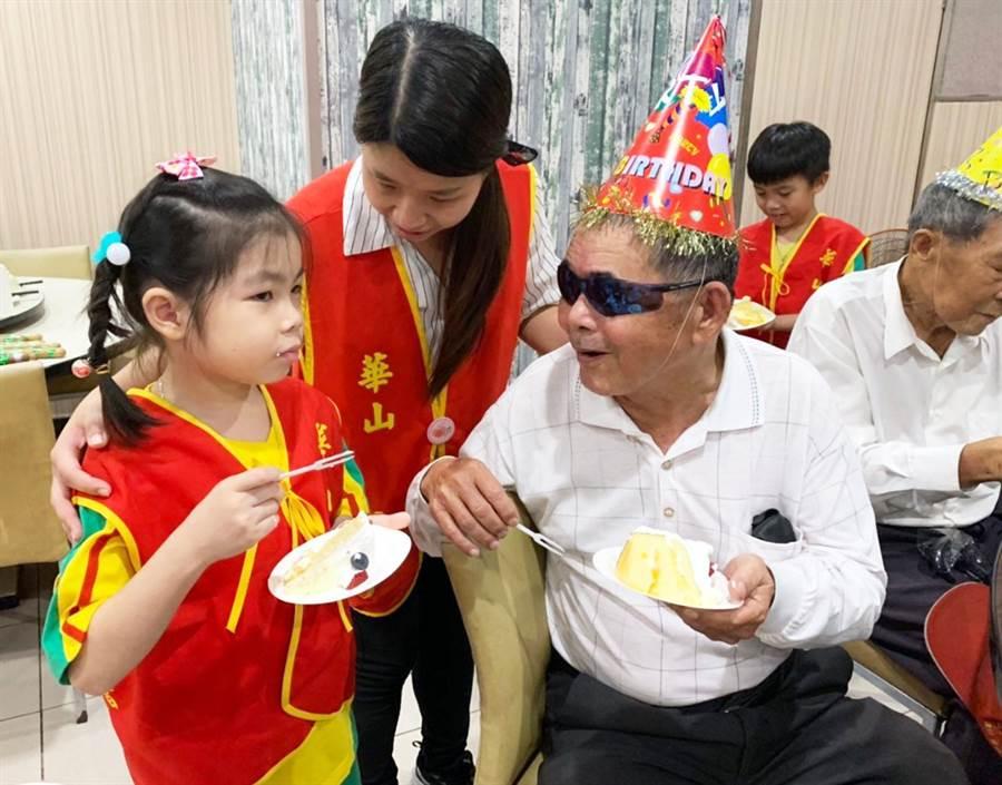 幼兒園學童陪著獨居長輩共度父親節,這天長輩臉上都掛滿笑容。(林和生攝)
