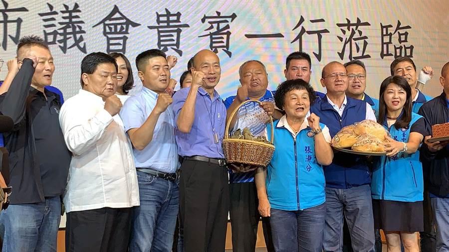 國民黨台中市議會黨團今天南下力挺韓國瑜參選總統,其中紅黑派大老集結備受矚目。(柯宗緯攝)