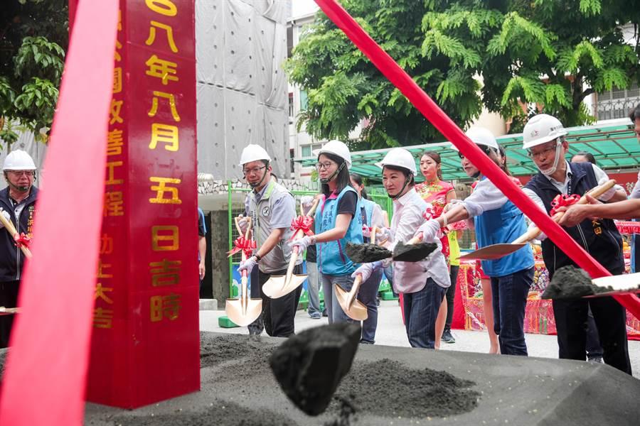 台中市長盧秀燕(中)5日舉辦西屯區12座友善共融公園改善工程聯合開工典禮。(盧金足攝)