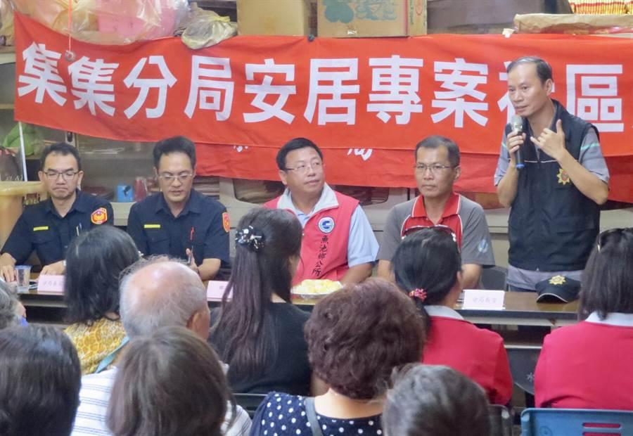 集集警分局偵查隊長蕭清福(右),提醒民眾檢舉不法,維護社會安寧。(廖志晃翻攝)