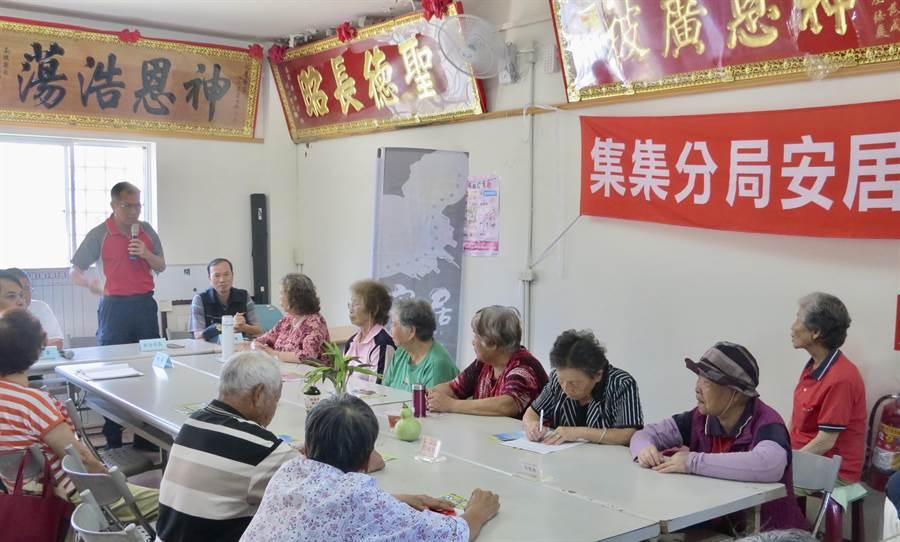 集集警分局副分局長陳志文,到社區宣導反吸毒、反詐欺。(廖志晃翻攝)