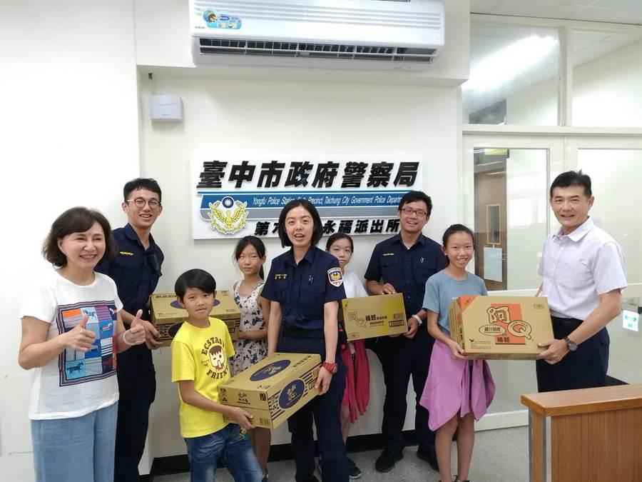 台中市議員黃馨慧陪同國安國小約30位小朋友進行暑假參訪永福派出所。(盧金足攝)