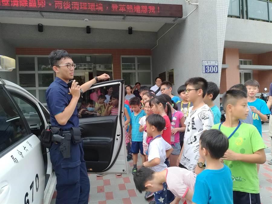 學童參訪永福派出所,體驗波麗士維護正義辛勞。(盧金足攝)
