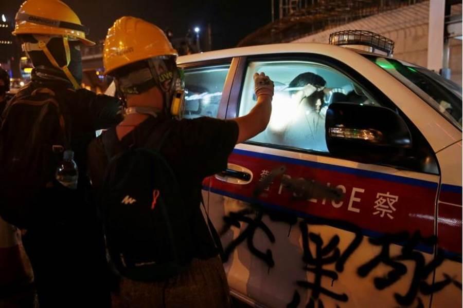 一般認為,香港持續的抗議,不但造成經濟下跌,更會影響國際經貿中心的地位。