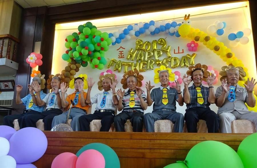 新北市金山區公所於父親節前夕,在金山區兄弟宴會廳舉辦「新北市金山區108年度模範父親表揚活動」。(葉書宏翻攝)