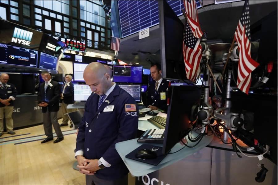 美國股市5日開盤跳水,道指開盤重挫逾500點,跌破26000點大關。 (圖/美聯社)