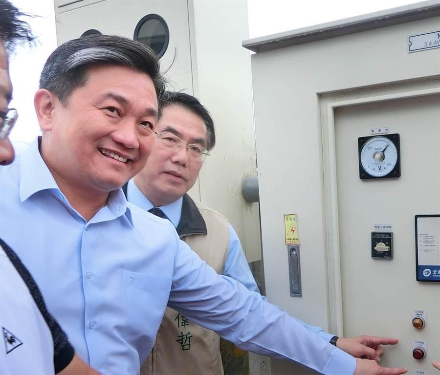 尋求連任的現任立委王定宇(左)本屆選舉拿下全國最高票,被視為綠營強棒。(曹婷婷攝)
