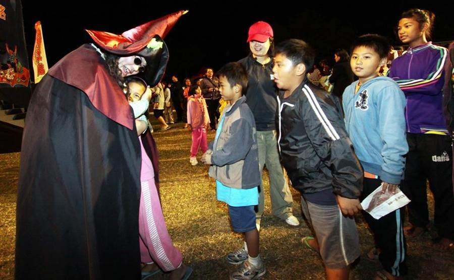 紙風車日前到台東金鋒演出,欣賞演出的孩子沒有相機,所以招牌角色巫頂用擁抱代替拍照。(紙風車文教基金會提供)