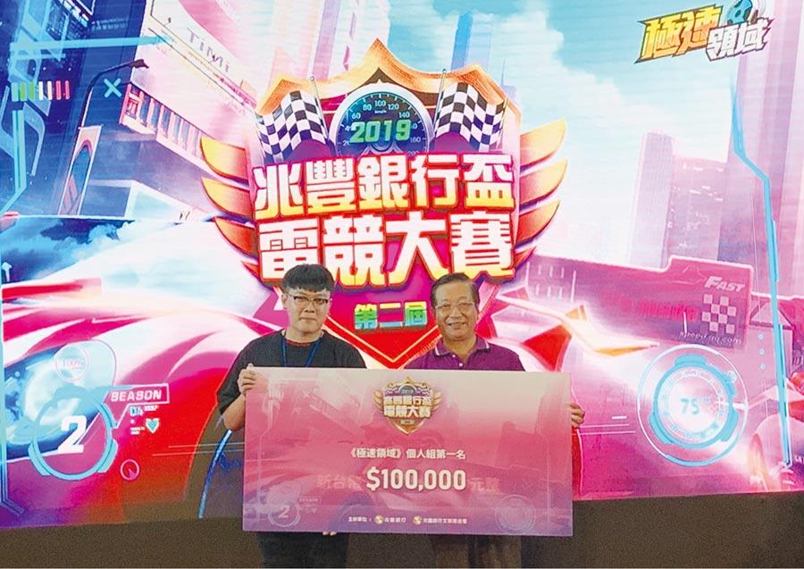 兆豐銀3日舉辦第二屆兆豐盃電競大賽,董事長張兆順出席決賽觀賽、頒獎,個人組冠軍拿下10萬元獎金。圖/兆豐銀提供