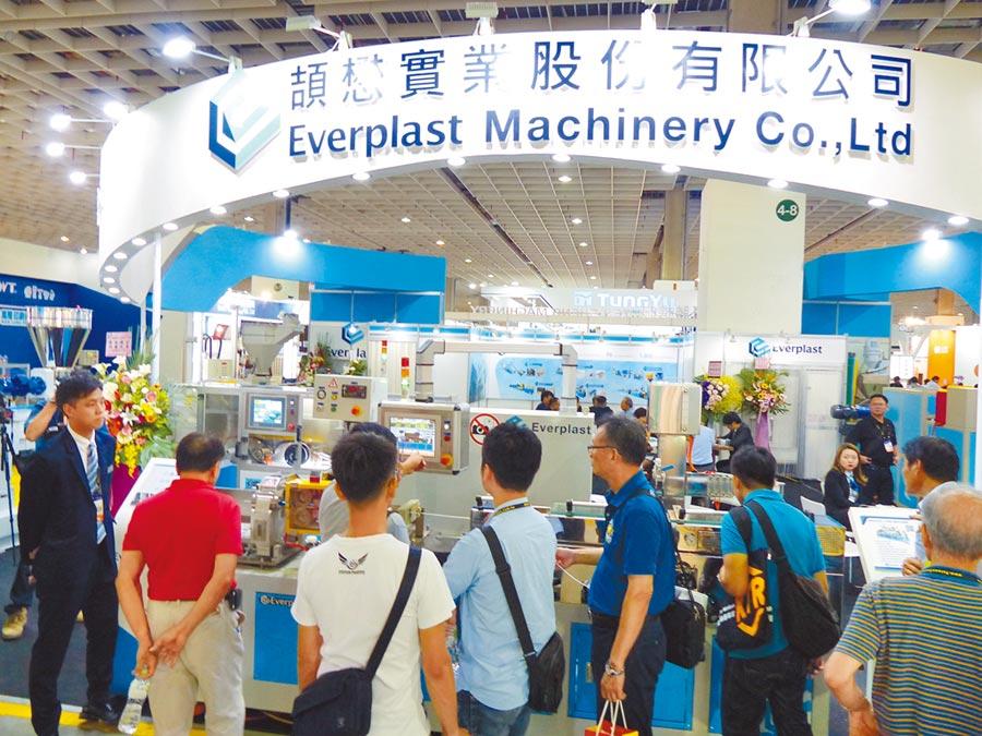台灣塑橡膠機械以高性比價聞名全球,吸引買主參觀。圖/莊富安