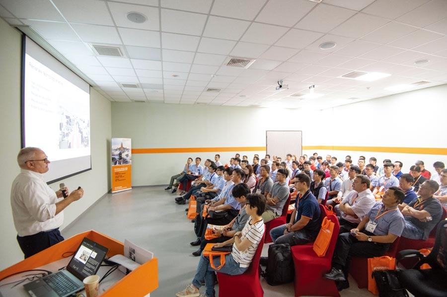 眾多航太領域的貴賓,聚精會神聆聽Renishaw智慧製造解決方案於航太產業最新趨勢及相關應用資訊。圖/李淑慧