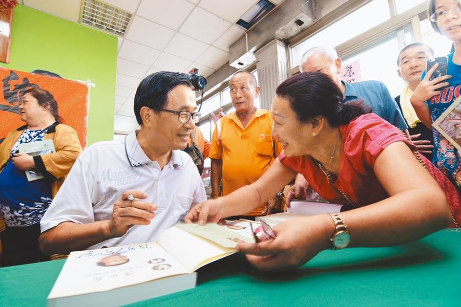 前總統陳水扁4日到台東舉行簽書會,獲得死忠扁迷熱情相挺 。(莊哲權攝)