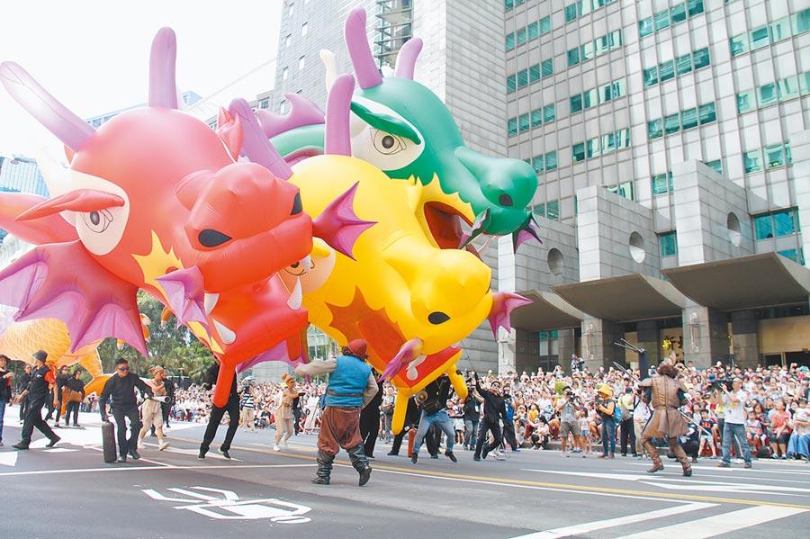 新北市兒童藝術節 「未來怪獸島」歡樂變裝大遊行4日下午4點至晚間7點登場,遊行隊伍的三頭巨龍氣球吸引民眾目光。(譚宇哲攝)