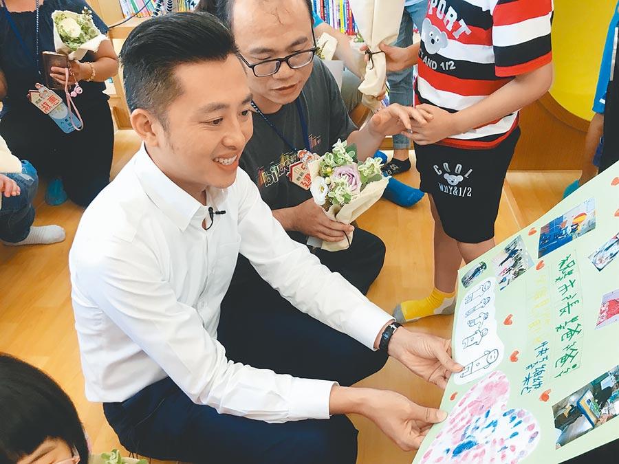 父親節前夕,已為人父的新竹市長林智堅(左一),也收到一張特別的祝福卡片。(莊旻靜攝)