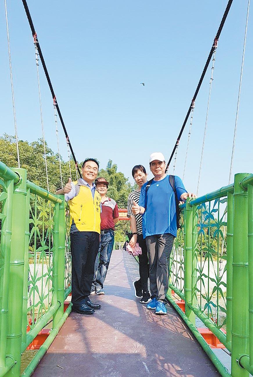 下坪吊橋恢復通行,鎮長陳東睦(左)歡迎大家來玩。(廖志晃攝)