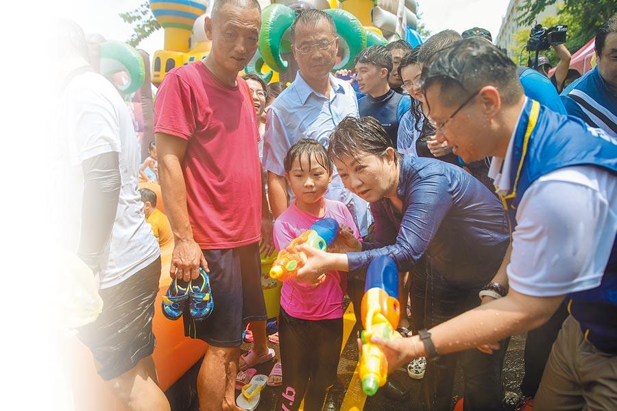 盧秀燕(右二)代表市府隊「全副武裝」到場,與市民同歡打水仗,瞬間全身濕透,玩得不亦樂乎。(張妍溱攝)
