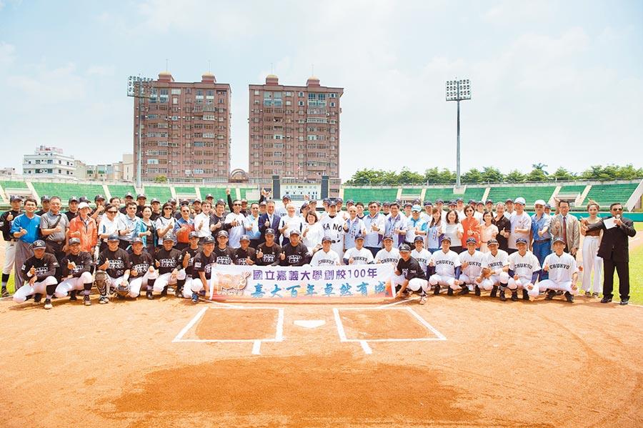 嘉義大學與中京大學棒球賽全員合影留念。(張亦惠攝)