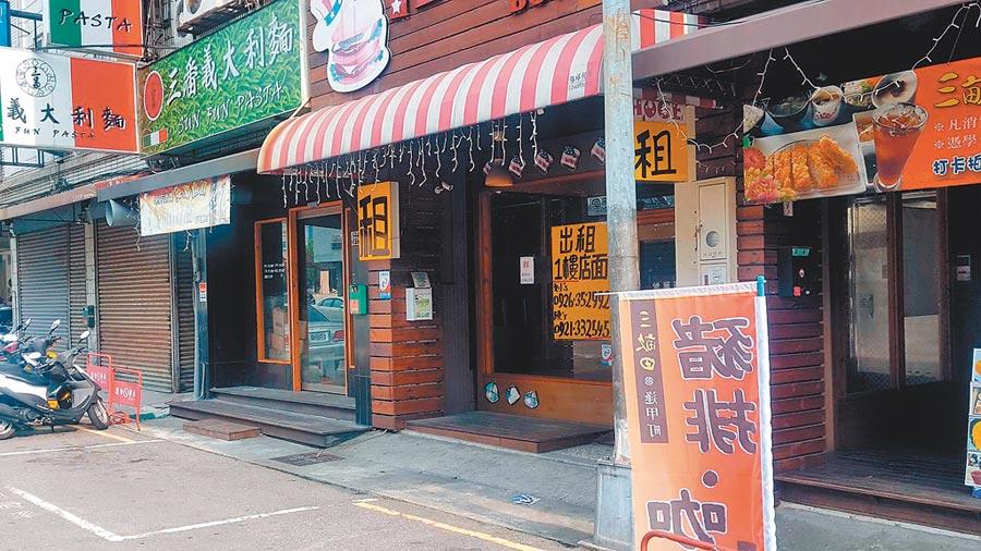 2018年陸客銳減,台中逢甲商圈近2000家攤商面臨衰退危機,很多店面張貼「出租待售」字樣。(本報系資料照片)