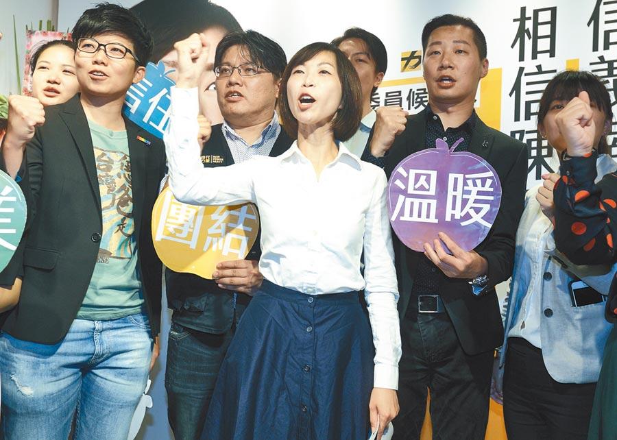 前總統陳水扁表示,台民黨的誕生,時力很有可能是最大受災戶,圖為8月3日時代力量黨員北市立委參選人陳雨凡(中)舉行競選辦公室開幕茶會。(本報系記者張鎧乙攝)
