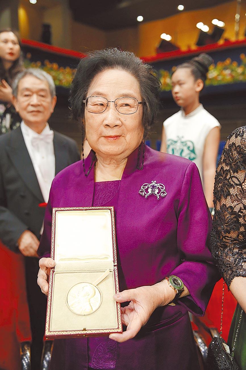 屠呦呦因在青蒿素研究中的傑出貢獻,獲得2015年諾貝爾生理學或醫學獎。(新華社資料照片)