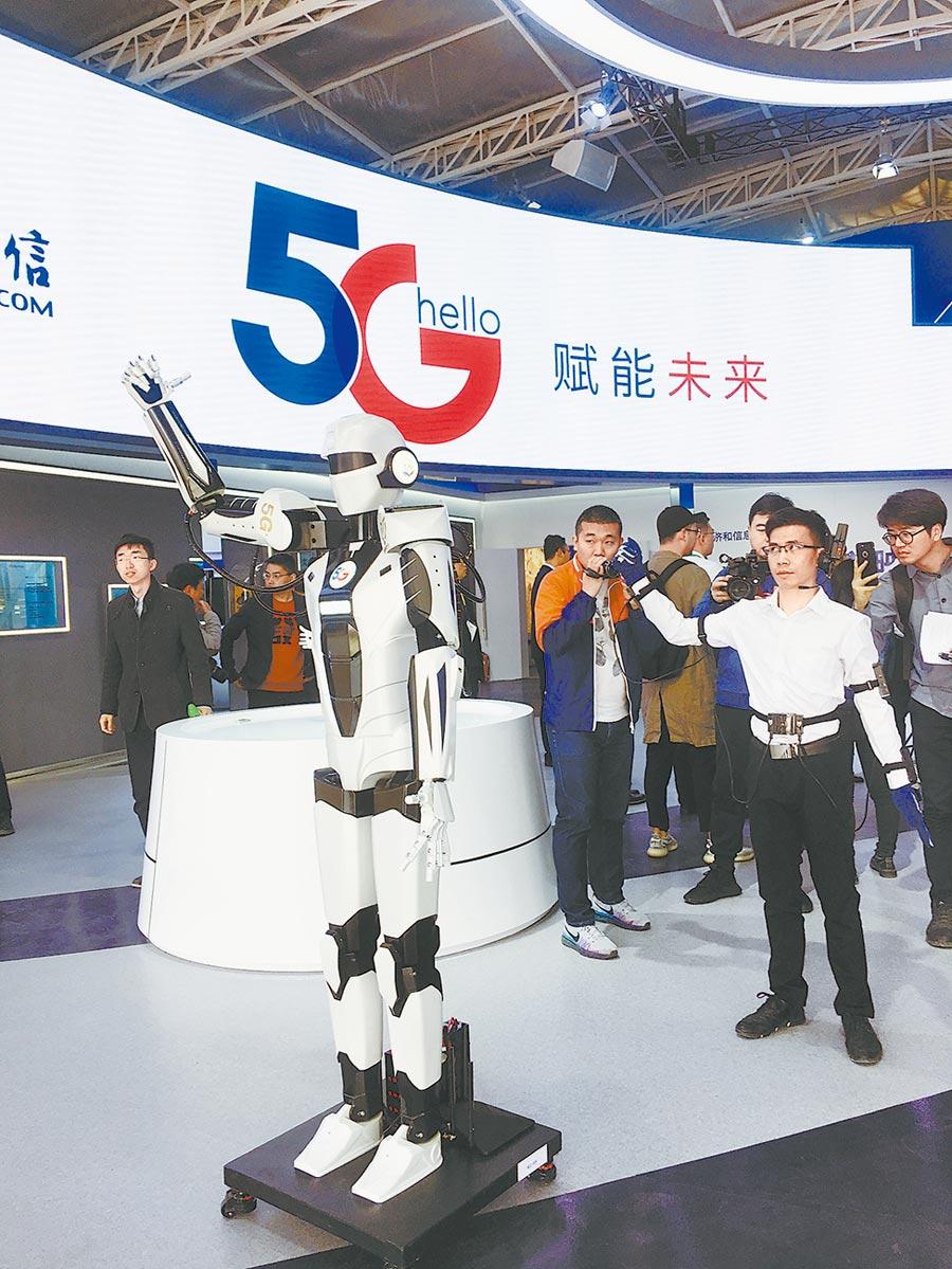 世園會5G展館裡,體驗者穿著感應服裝做出任何動作,AI機器人都可同步完成。(潘之望攝)