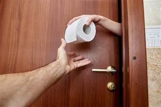 你不配! 她想用廁紙竟被黑人羞辱
