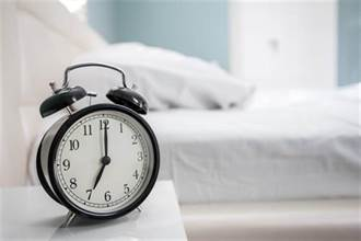 鬧鐘莫名被切睡過頭 看監視器嚇歪