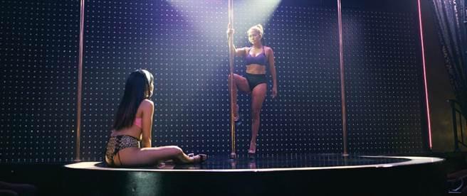 珍妮佛羅培茲為電影苦練鋼管舞。(CatchPlay提供)