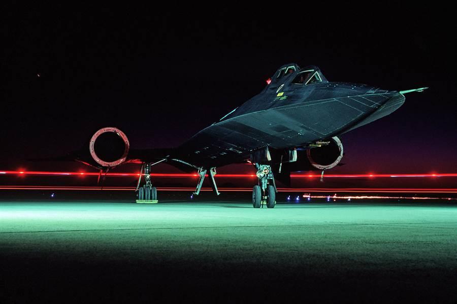 美國經典戰機SR-71黑鳥高空超音速偵察機,服役30餘年的生涯中,出任務無數次,從未有敗績。(圖/美國空軍)