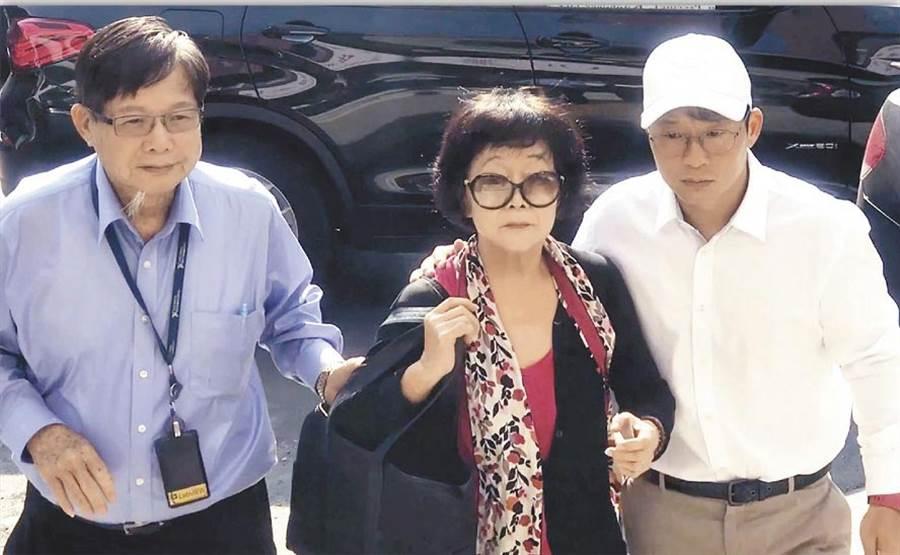 圖為2017年陳慶男夫妻(左一及左二)及慶富少東陳偉志(右)3人搭乘名車到復興派出所報到。(本報資料照片)
