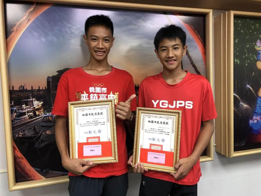潘奎恩及潘奎安兄弟檔,不畏外國選手高他們一個頭,以近身戰雙雙勇奪世界中學生技擊跆拳道金牌。(蔡依珍攝)