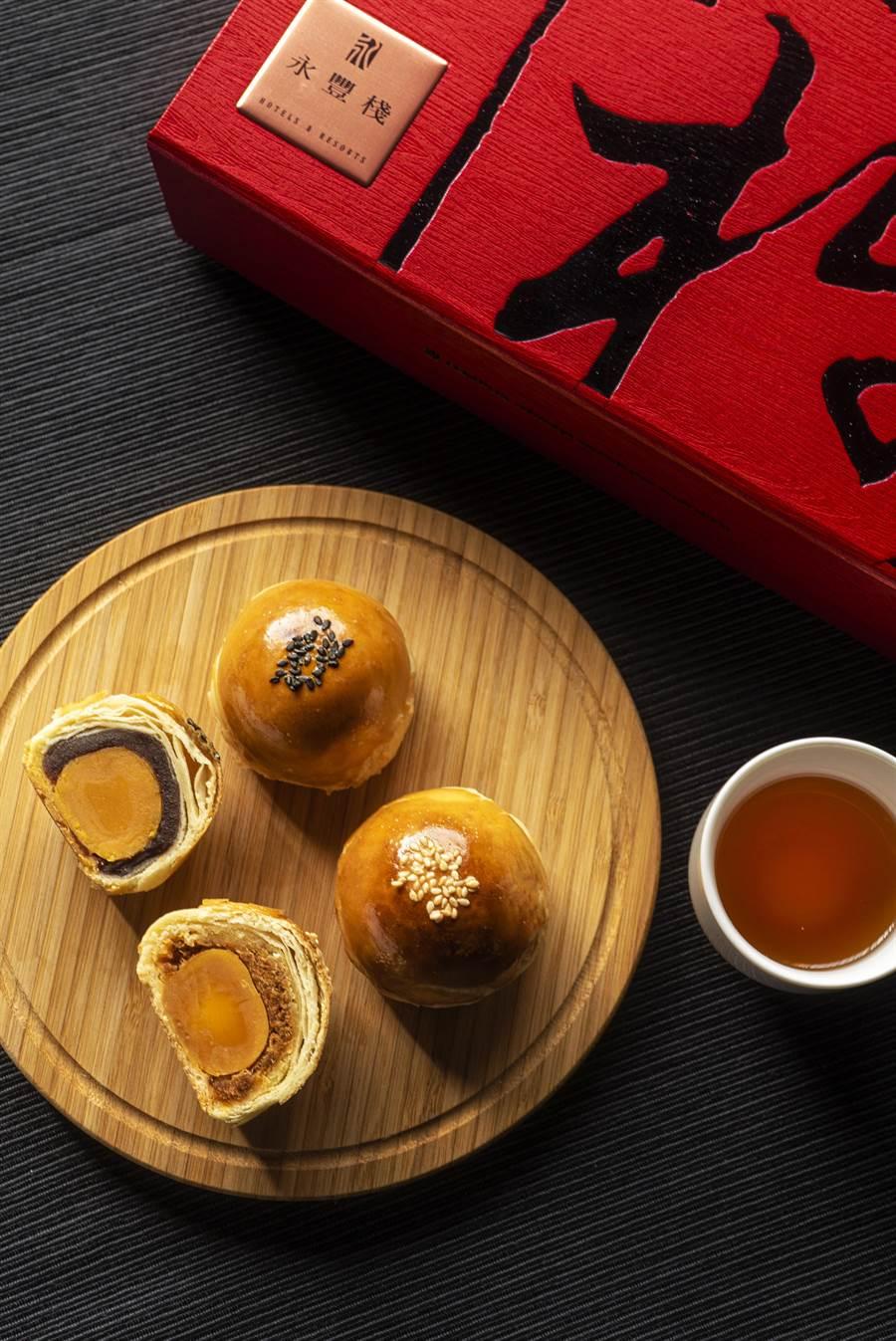 永豐棧酒店「豐豫棧月」蛋黃酥禮盒,收錄經典烏豆沙、肉鬆蛋黃酥等兩款台式好味,令人愛不釋口。(馮惠宜翻攝)