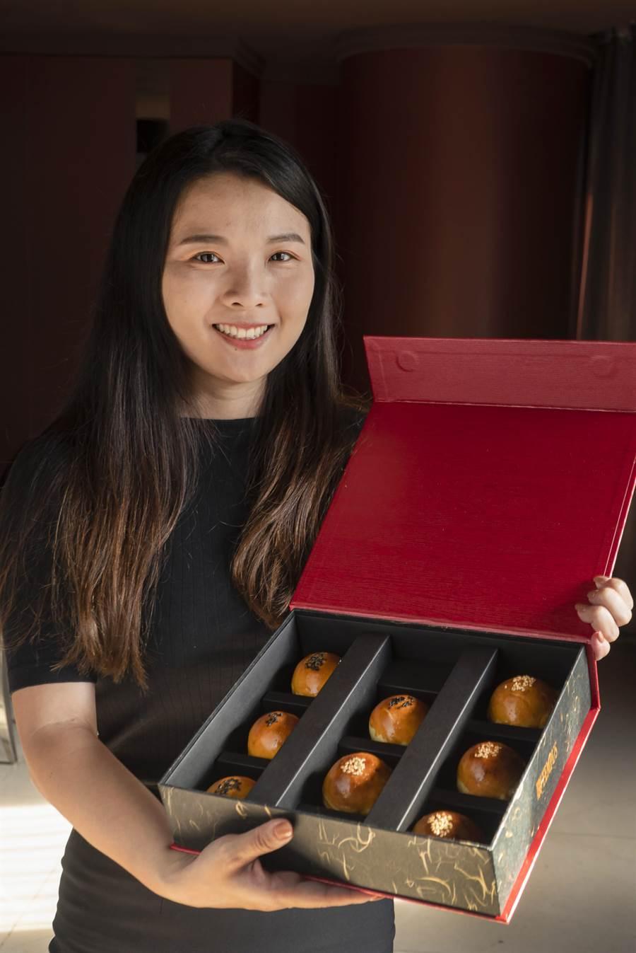 永豐棧酒店「蛋黃酥禮盒」每盒混搭典烏豆沙、肉鬆蛋黃酥兩種口味。(馮惠宜翻攝)