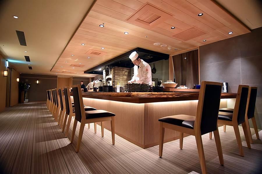 位在台北晶華酒店B3的〈樂軒和牛割烹〉規畫有3間包廂,以及板前客席座位區。(圖/姚舜)