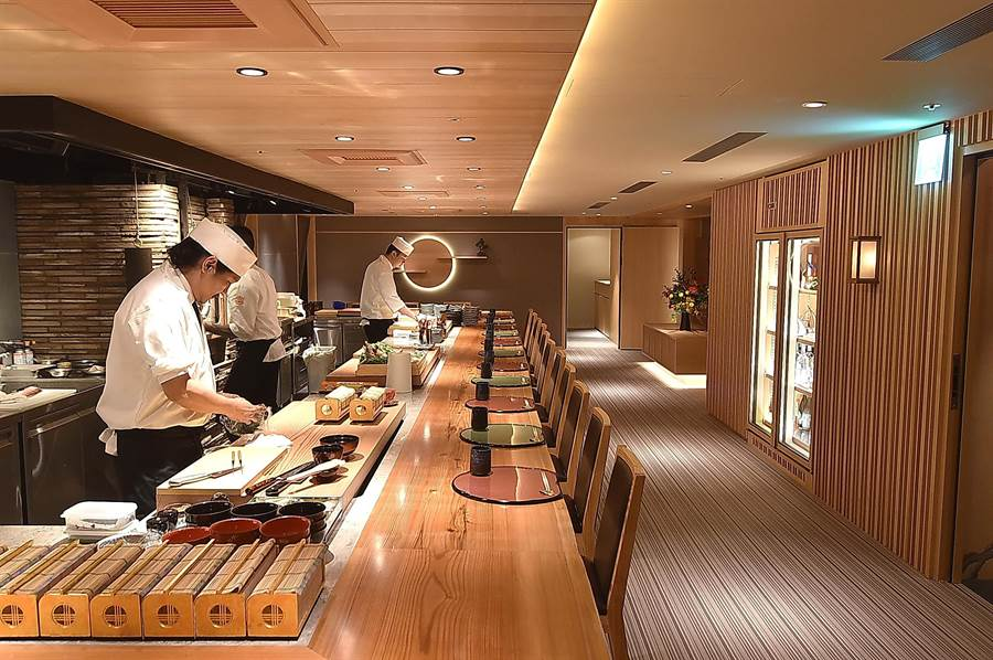位在台北晶華酒店B3的〈樂軒和牛割烹〉,板前客席座位區可接待16至18人入座。(圖/姚舜)