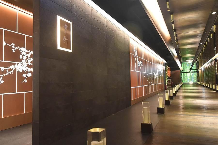 位在台北晶華酒店B3的〈樂軒和牛割烹〉,裝潢設計以和石新古典為主軸傳達淑雅氣質。(圖/姚舜)