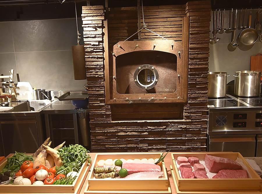 〈樂軒和牛割烹〉的備長炭窯烤爐總重達200公斤,高檔和牛可在爐中用攝氏360度高溫炙烤,並保留肉中的肉汁。(圖/姚舜)