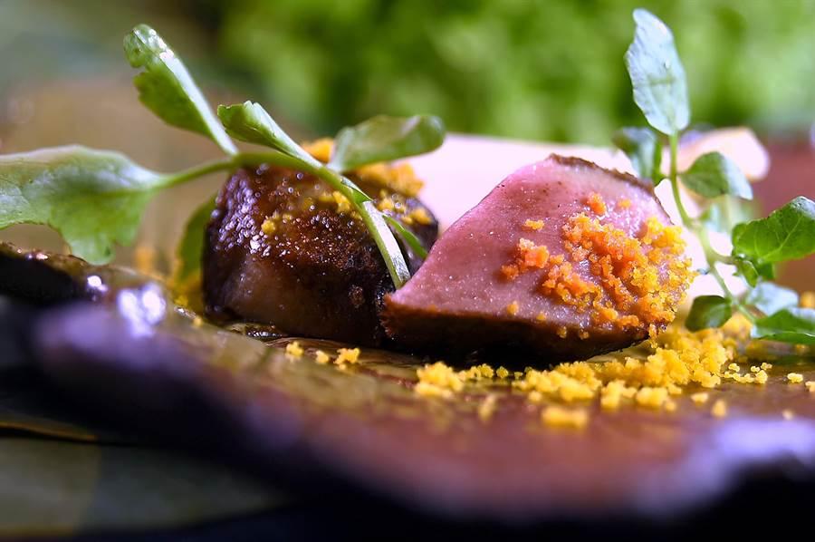〈樂軒和牛割烹〉會席套餐的「烤物」,是以鹹香蛋黃粉末提味的炭烤厚切澳洲和牛牛舌,表皮微微酥焦,肉質柔嫩中帶有彈性且有肉汁,好吃極了。(圖/姚舜)