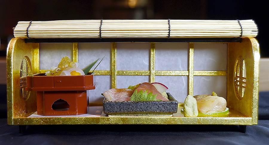 〈樂軒和牛割烹〉的餐具器皿很講究,其中「刺身」是用有捲簾的長方形小箱盛裝,非常有「藝」境。(圖/姚舜)