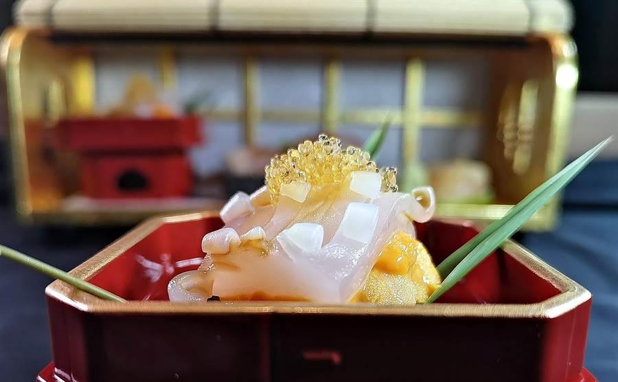 用飛魚卵提味的〈槍烏賊海膽卷〉,先用刀工畫出紋理後,再汆燙使之卷曲成花形。(圖/姚舜)