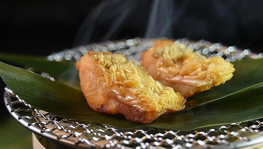 「立鱗燒」近年也大量出現在法菜餐廳中,在〈樂軒和牛割烹〉會席套餐的〈甘鯛松笠揚〉,就是用馬頭魚以熱油半煎炸後再以扁柏和櫻花木煙燻賦味的〈甘鯛立鱗燒〉。(圖/姚舜)
