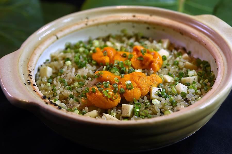 〈 樂軒和牛割烹〉會席套餐的「食事」,是用萬古燒土鍋炊煮的釜飯,用十綠竹筍和海膽與萬能蔥,顏色繽紛、味道濃香。(圖/姚舜)